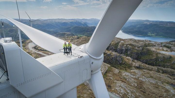 dronebilde-med-to-vindkraftoperatorer